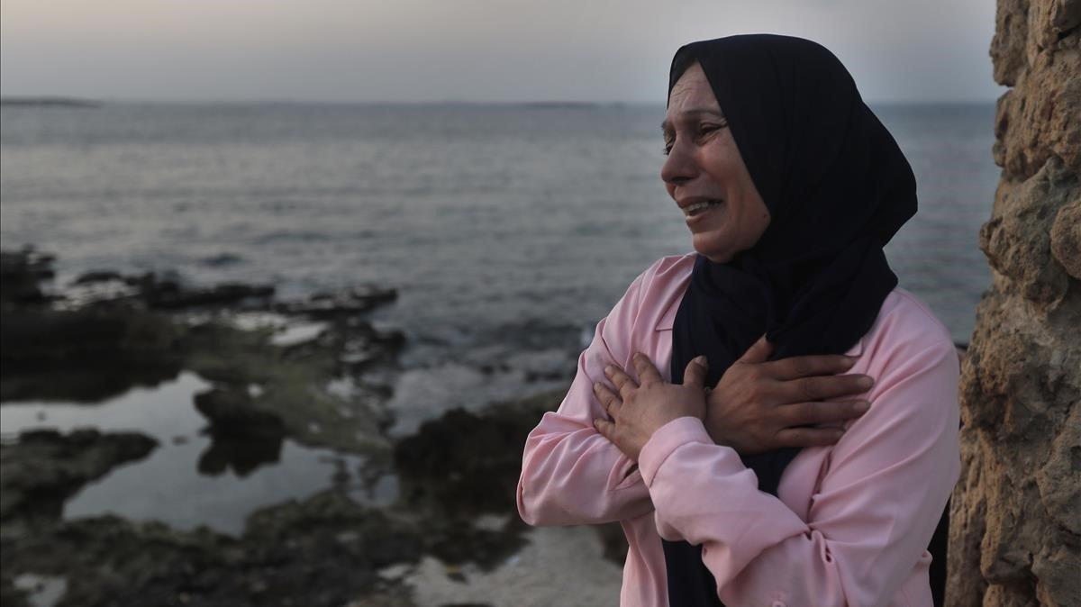 Afaf Adulhamid llora por su hijo Mohammed, desaparecido en el mar cuando intentaba llegar a Chipre en un bote, el pasado 17 de septiembre en Trípoli.