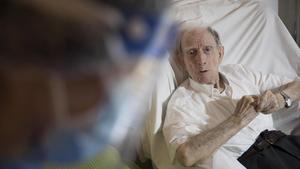 Un anciano en la residencia geriátrica La Pau de Barcelona el pasado mayo mientras se realizaban en ella pruebas PCR.