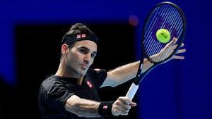 Federer devuelve un revés.