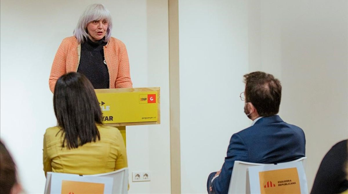 Dolors Sabater pronuncia una conferencia ante Marta Vilalta y Pere Aragonès.