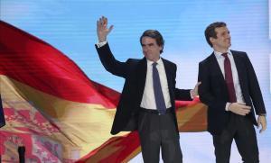 José María Aznar y Pablo Casado saludan a los asistentes a la convención nacional, este sábado en Madrid.