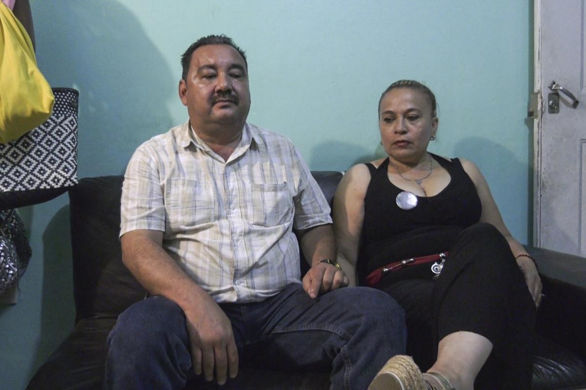 Carlos Saldaña y Victoria Delgadillo, unidos en la adversidad de haber perdido a sus hijos a manos del crimen organizado mexicano.