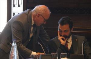 El secretario general del Parlament, Xavier Muro, y el presidente de la Cámara catalana, Roger Torrent.