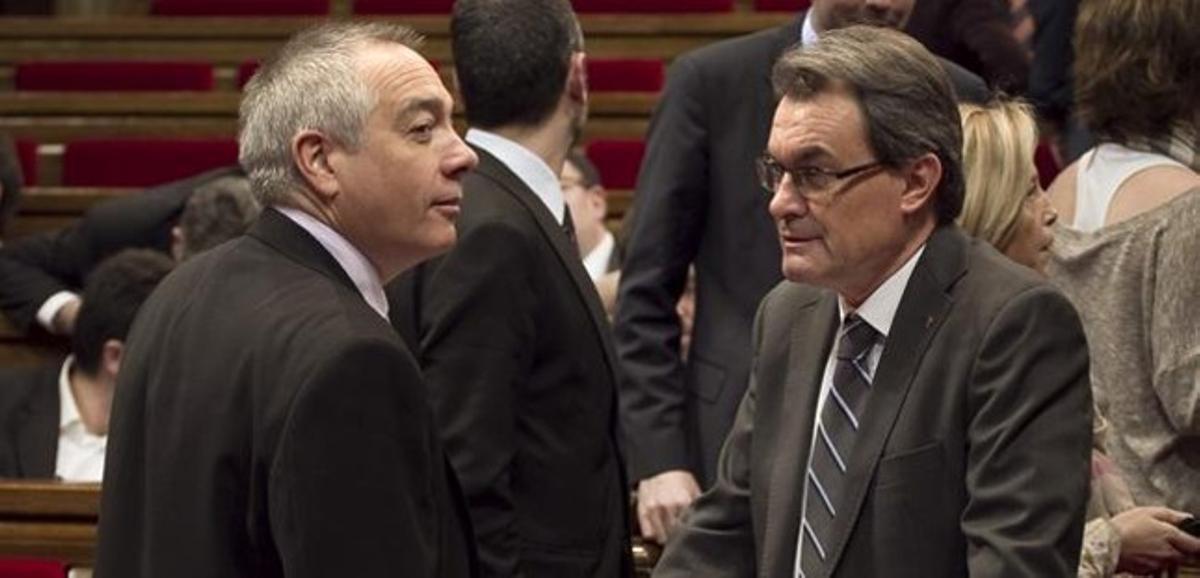 Pere Navarro conversa con Artur Mas, el pasado 27 de febrero en el Parlament.
