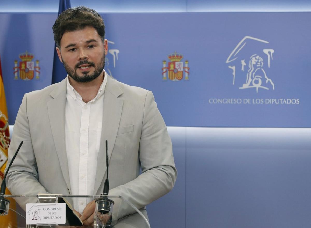 Gabriel Rufián, tras su reunión con la portavoz del PSOE en el Congreso, Adriana Lastra, el martes en Madrid.