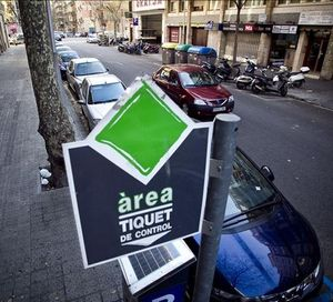 Zona de aparcamiento de área verde en el Eixample.