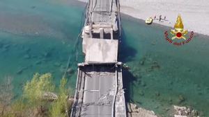 Dos heridos tras derrumbarse un puente en Italia.