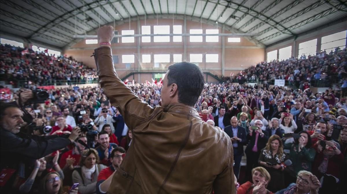 Pedro Sanchez saluda a los simpatizantes socialistasen el pabellon deportivo de Burjassot (Valencia).