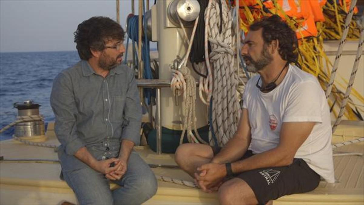 Jordi Évole y Òscar Camps conversan a bordo del 'Astral', en un momento del documental.