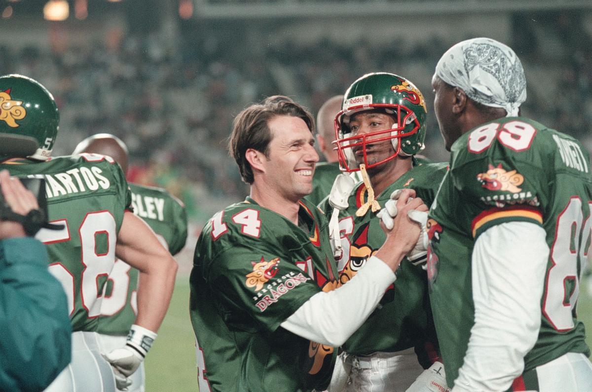 Jesús Mariano Angoy celebra un triunfo con Bryce Burnett.