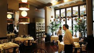 Interior del nuevo restaurante China Crown, que ocupa los bajos de la Casa Calvet, de Gaudí, en la calle de Casp de Barcelona.