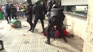 Cargas policiales en Don Benito (Badajoz) con motivo de la manifestación convocada por las organizaciones agrarias, este miércoles