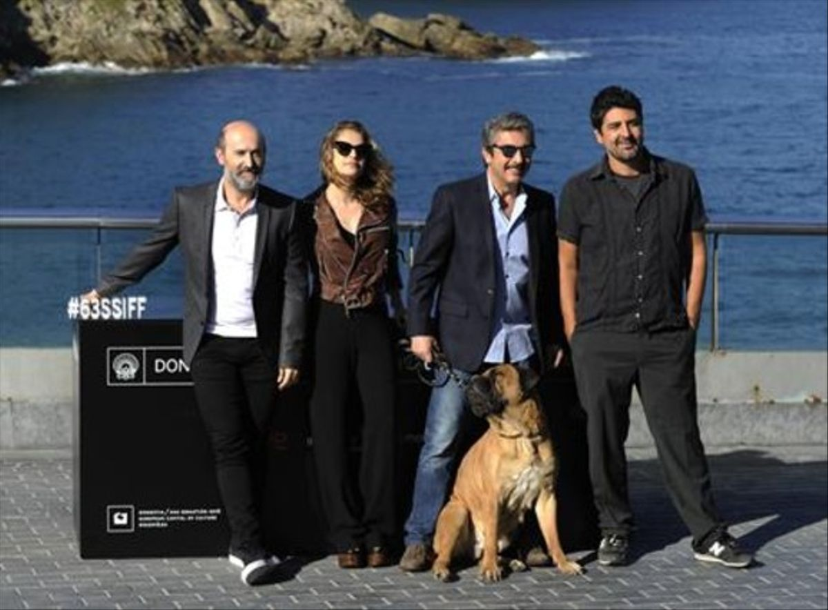 De izquierda a derecha, Javier Cámara, Dolores Fonzi, Ricardo Darín, el perro que interpreta a 'Truman' y Cesc Gay, ayer en San Sebastián.