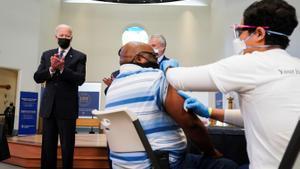 El presidente de EEUU, Joe Biden, aplaude a un hombre que se vacuna en Alexandria, Virginia.