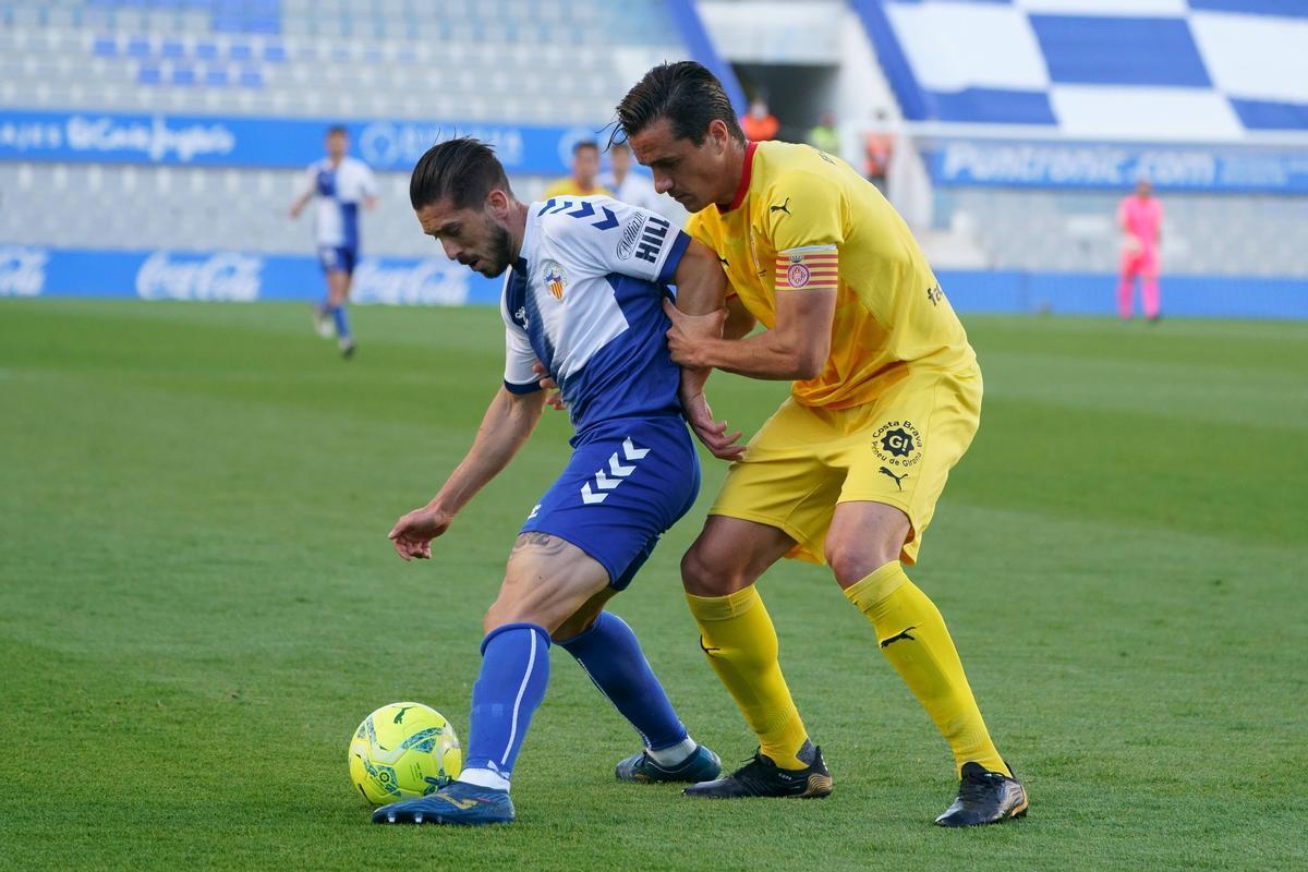 Heber Pena y Bernardo pelean por un balón.