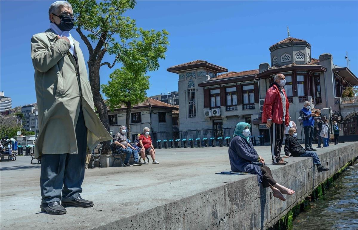Jubilados, tras el confinamiento, se acercanalos muelles del Bósforo en Besiktas.