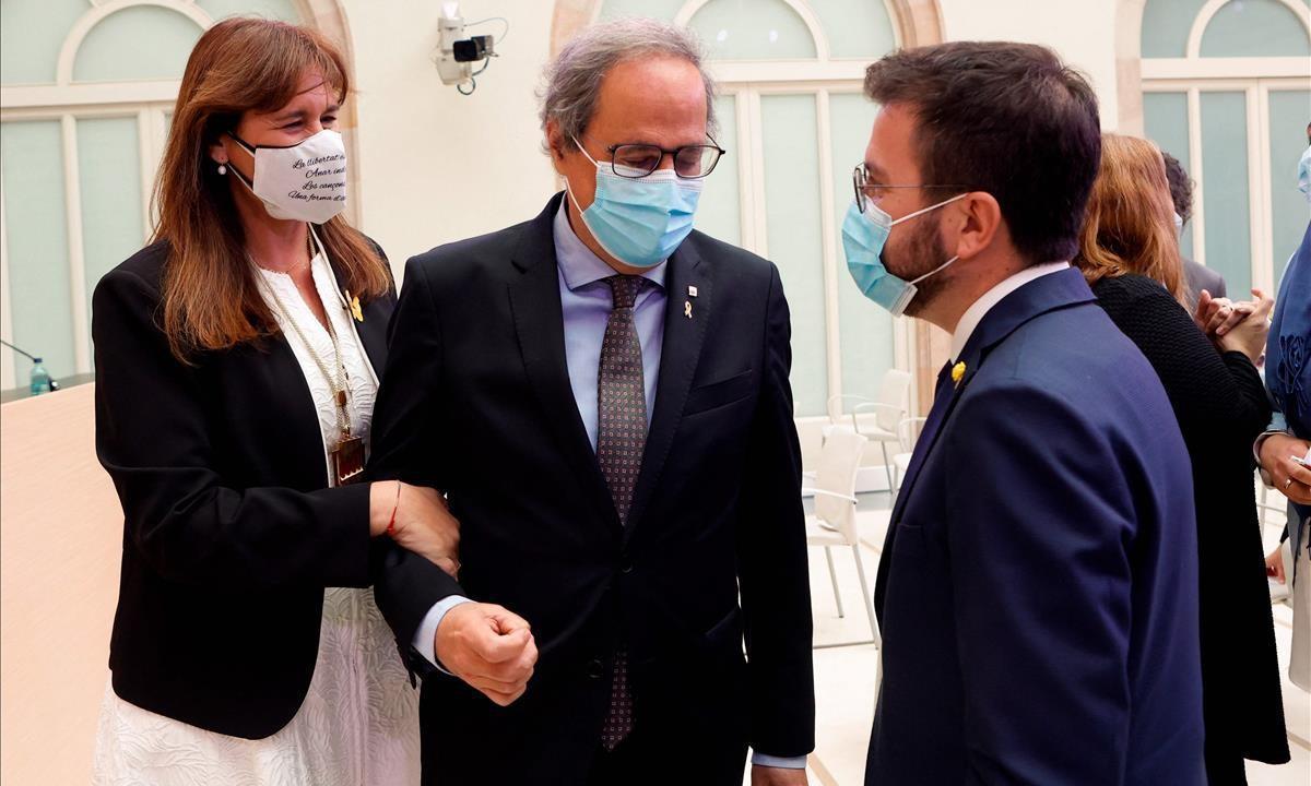 Laura Borràs acompañada por el expresidente de la Generalitat, Quim Torra, y del diputado de ERC y candidato a la presidencia de la Generalitat, Pere Aragonès.