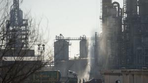 Zona cero tras la explosión de la petroquímica Iqoxe, en La Canonja, Tarragona, en enero.