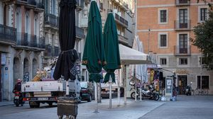 Terraza de un bar de Barcelona cerrada este viernes por las nuevas medidas aplicadas por el Govern.