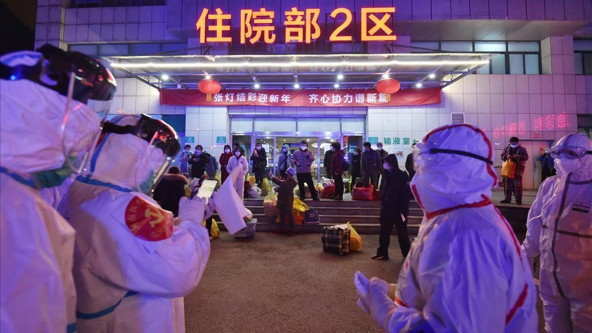 Trabajadores sanitarios se preparan para transferir pacientes de covid-19 a otro hospital de Wuhan, el 2 de marzo de 2020.