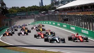 Vettel (derecha) adelanta a Bottas en la salida del GP de Brasil.