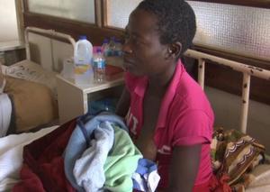 La joven de Zimbabue Tariro Guvakuva dio a luz en un árbol donde se protegía del ciclón 'Idai'.