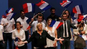 Marine Le Pen saluda al público al final de su intervención en un acto en la localidad francesa de Fréjus.