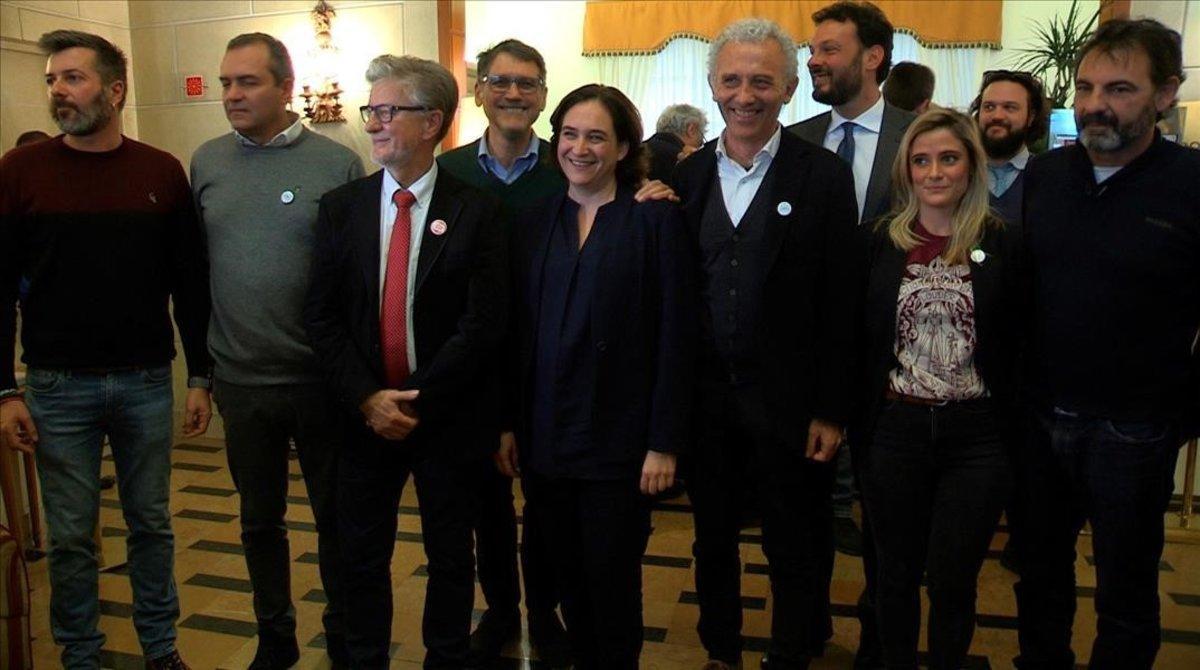 Ada Colau (centro), junto a los demás alcaldes que han participado en el encuentro sobre inmigración y el director de Open Arms, Oscar Camps (derecha).