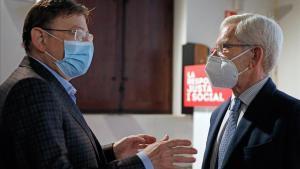 El presidente valenciano, Ximo Puig (izquierda), conversa con el 'expresident' Joan Lerma en el homenaje a Ernest Lluch.