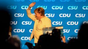 La cancillera Angela Merkel saluda a los simpatizantes de su partido durante un mitin en el sur de Alemania el 24 de septiembre.