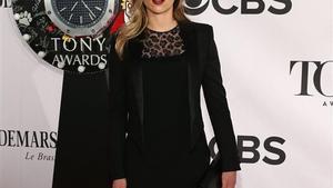 Scarlett Johansson, posa como una diva en la alfombra roja de los premios Tony en Nueva York.