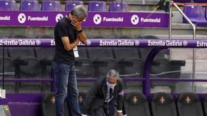Setién, con preocupación, asiste al choque del Barça contra el Valladolid en el Nuevo Zorrilla.
