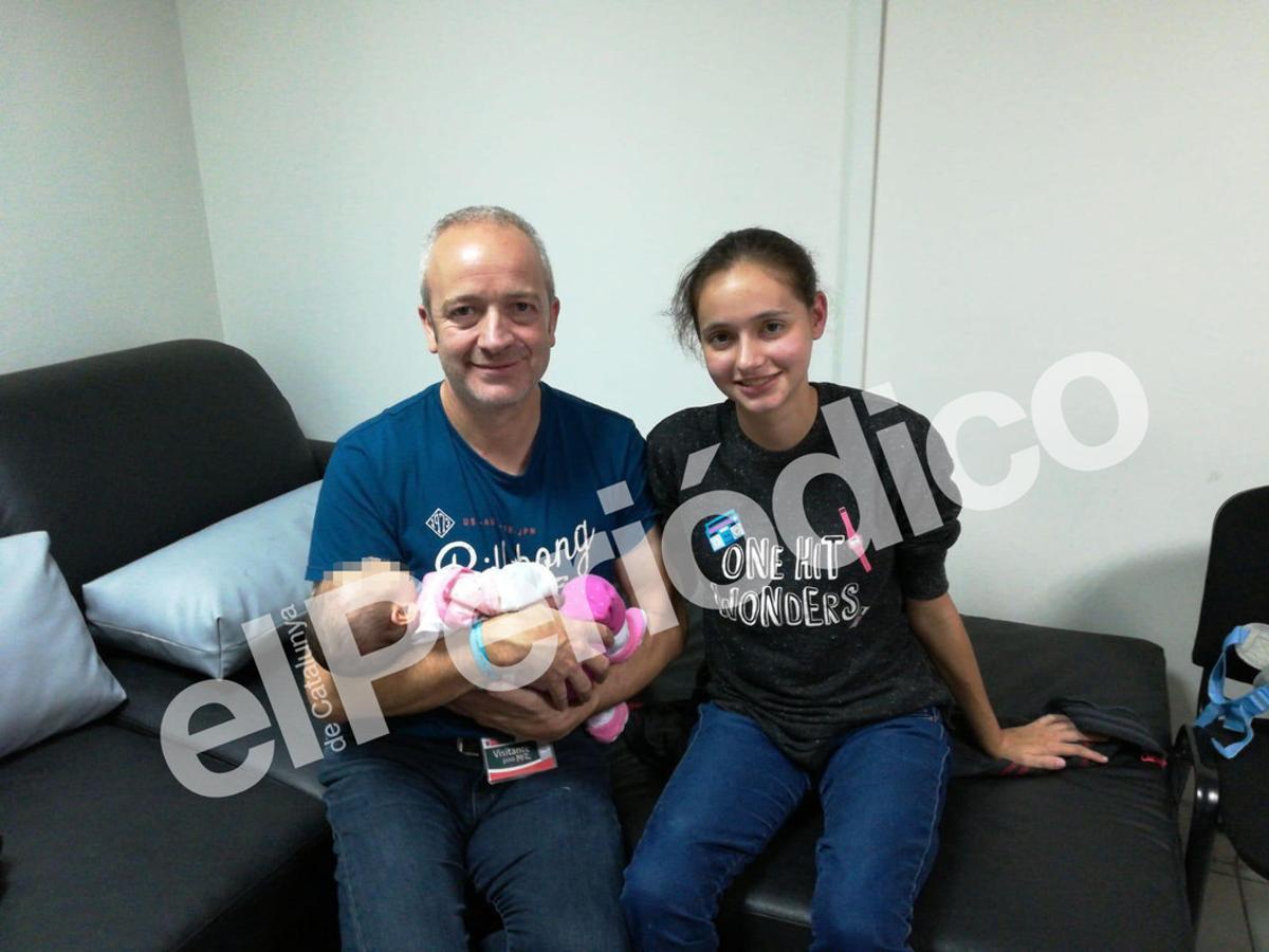 Patricia Aguilar, la joven rescatada de una secta en Perú, junto a su padre -Alberto- y la hija que ha tenido durante su cautiverio.