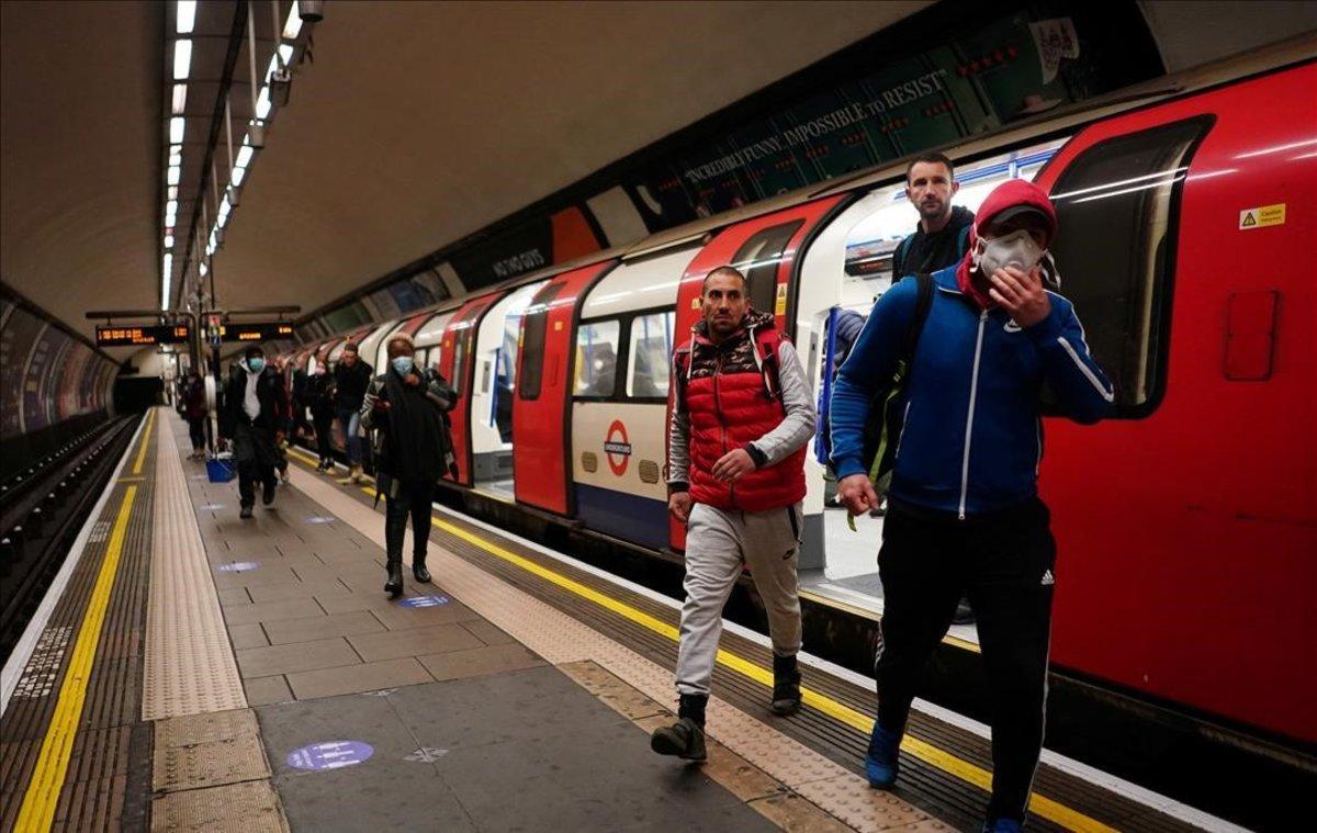 Londinenses salen del metro en la estación de Clapham Common, en Londres.