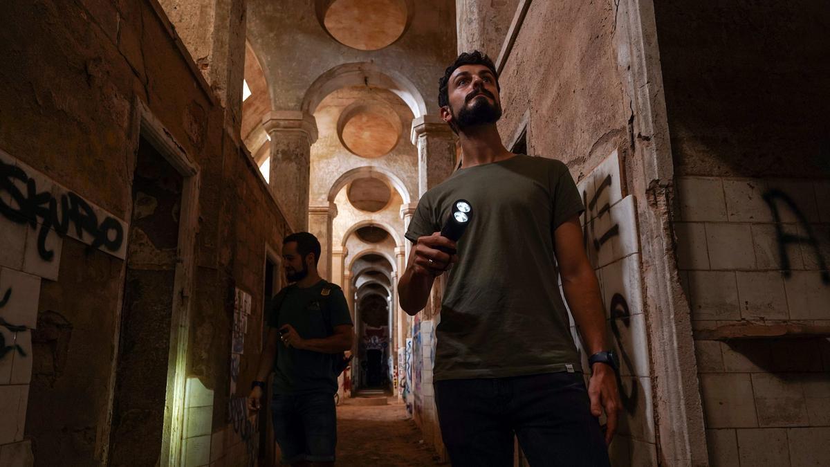 """Mumi (derecha) y su hermano examinan un balneario ruinoso. Esta es """"la Meca de Barcelona de los lugares abandonados""""."""