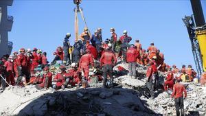 Equipos de rescate trabajan en la retirada de escombros y búsqueda de supervivientes en Esmirna (Turquía).