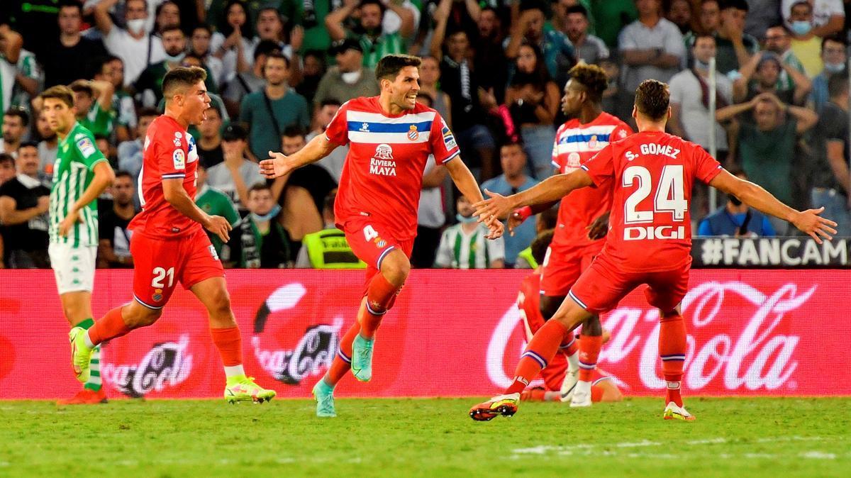 Cabrera corre eufórico ante Melamed y Sergi Gómez tras marcar el gol del empate en el Villamarín.