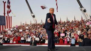Trump pide vencer a la izquierda radical en su primer mitin tras enfermar de coronavirus.