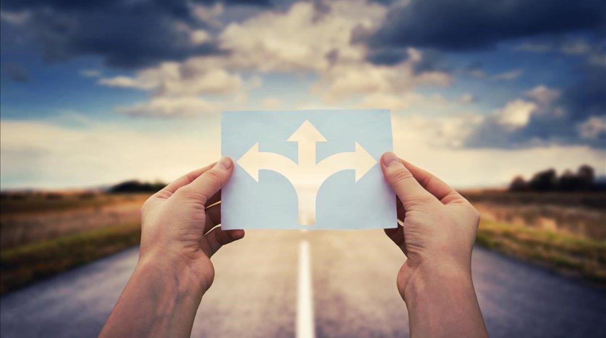 Una persona a punto de escoger un camino.