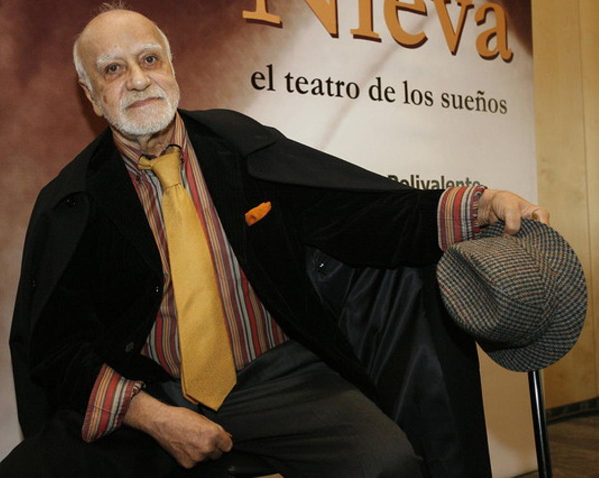 El dramaturgo Francisco Nieva, durante una exposición sobre su obra, en Madrid en el 2006.