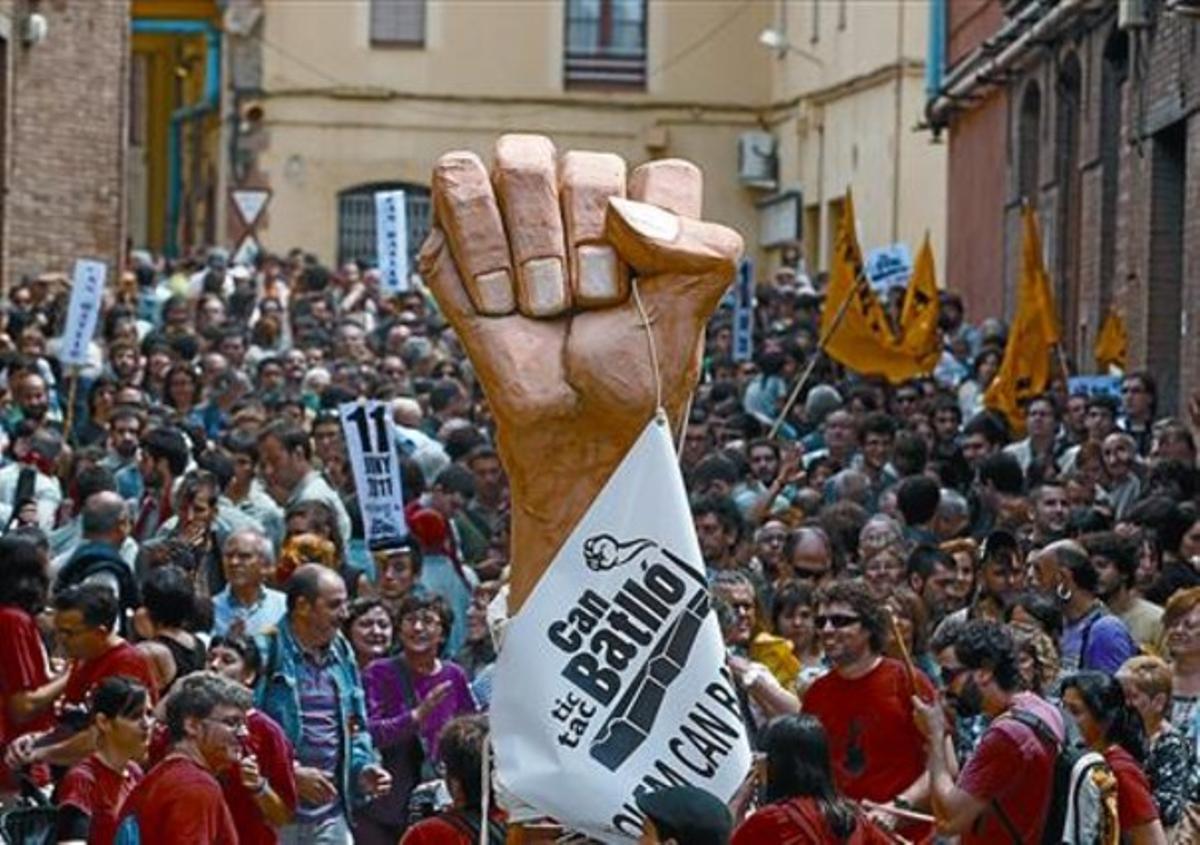 El puño de Can Batlló, símbolo de la lucha del barrio de la Bordeta, durante la fiesta de ayer en el recinto fabril.