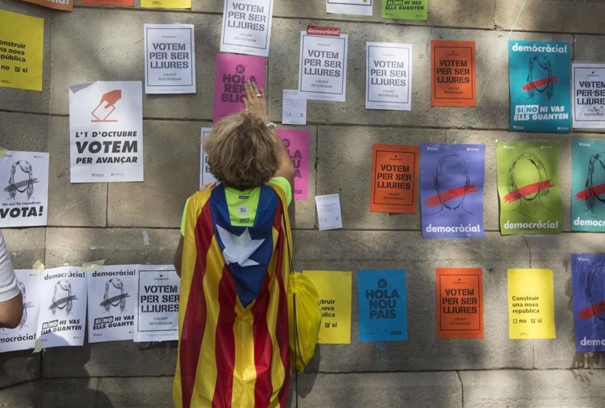 Pegada de carteles en la fachada de la UB