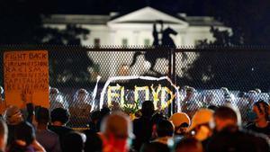 Miles de manifestantes ante la Casa Blanca, anoche.