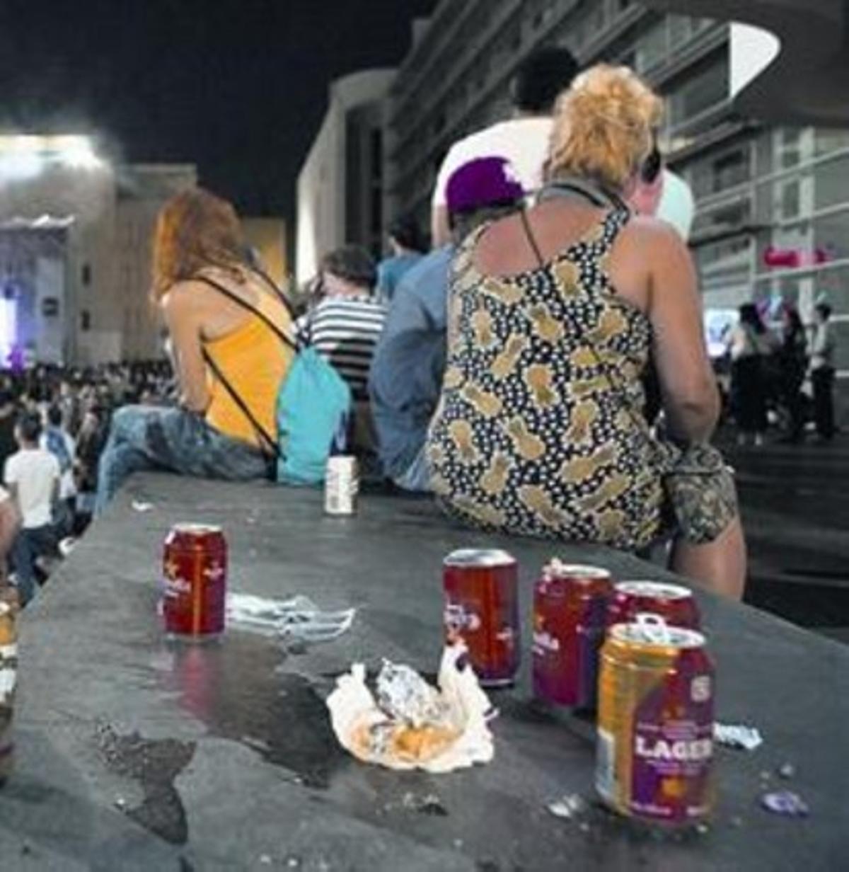Consumo de alcohol en la calle en la plaza de los Àngels, en septiembre.