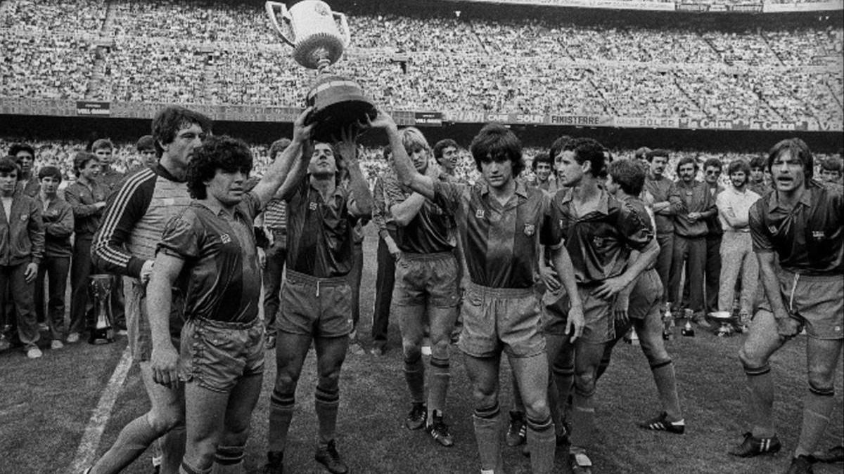 Urruti, Maradona, Sánchez, Schuster, Marcos Julio Alberto y Migueli ofreciendo la Copa del Rey a su afición en el Camp Nou en 1983.