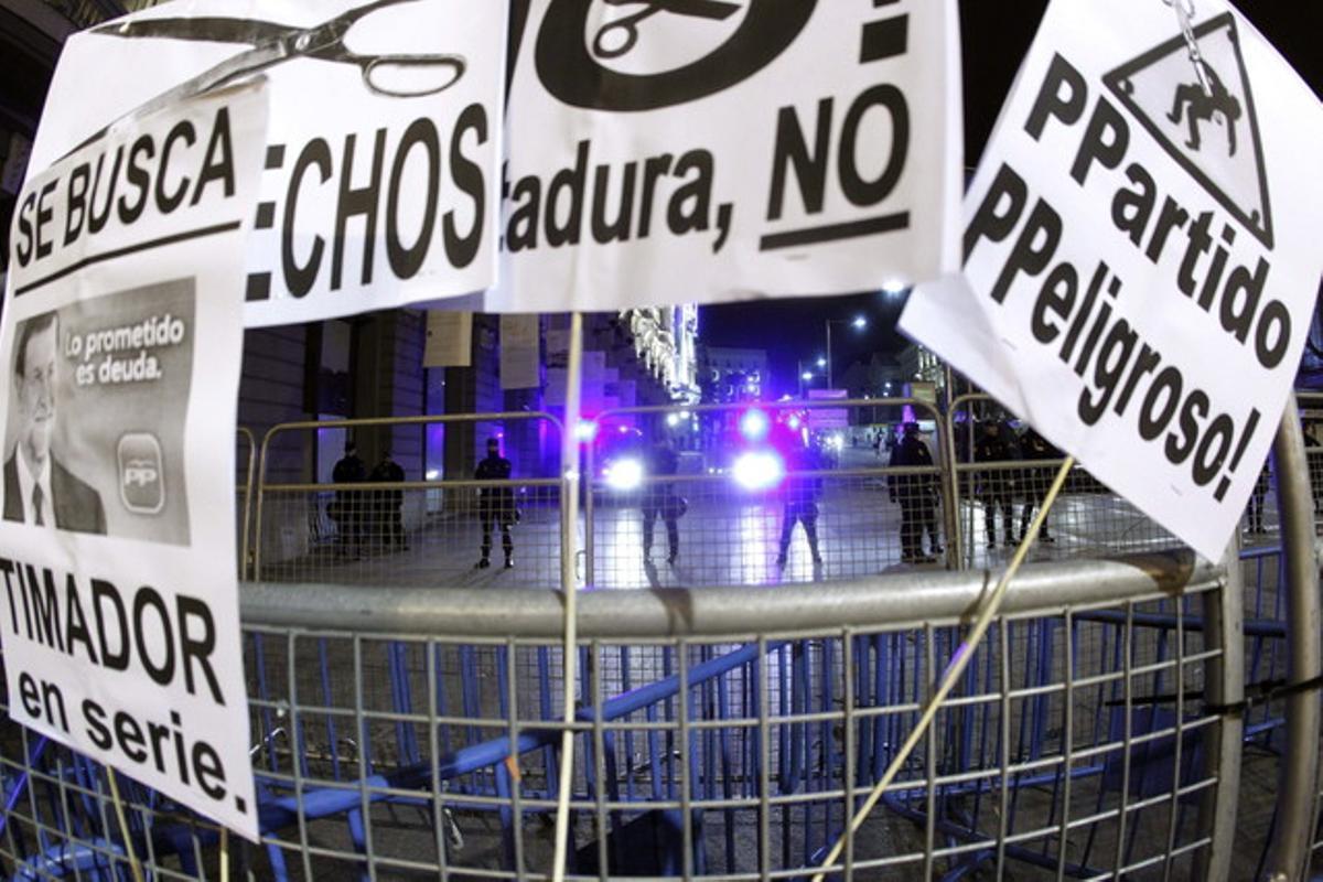 Carteles colocados en el acceso a la Carrera de San Jerónimo por los participantes en la manifestación silenciosa contra los presupuestos de la deuda y la miseria.