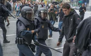Disturbios durante el referéndum del 1 de octubre en el exterior del centro de votación de la Escola Industrial en Barcelona.