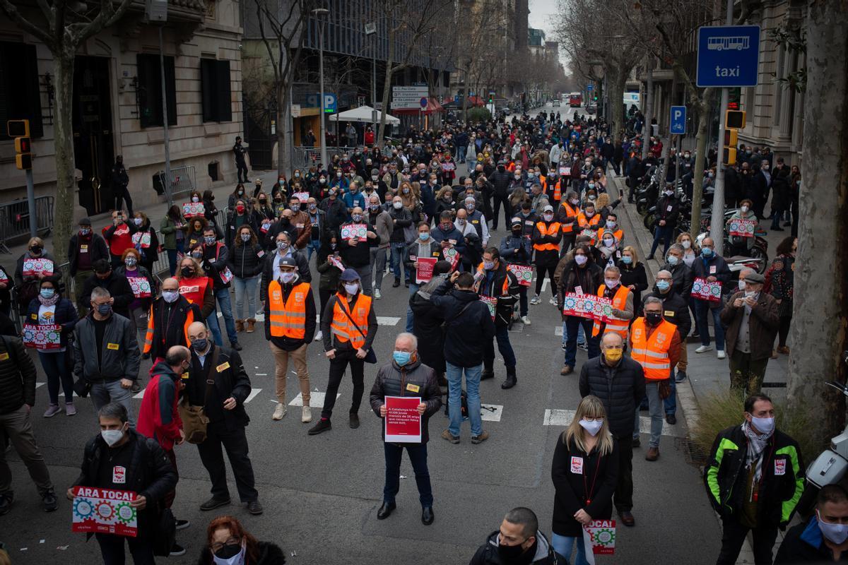Movilización convocada por CCOO y UGT frente a la Delegación de Gobierno en Barcelona para denunciar que las patronales y los gobiernos están impidiendo medidas estratégicas y esenciales para garantizar la igualdad social y la distribución de la riqueza.