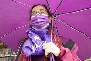 Una mujer con mascarilla en una manifestación feminista en Cercedilla, Madrid, este domingo.