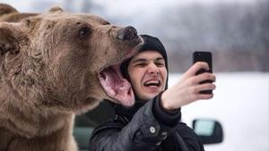 Una espectacular selfi con un oso.
